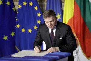 Robert Fico signing the Rome Declaration