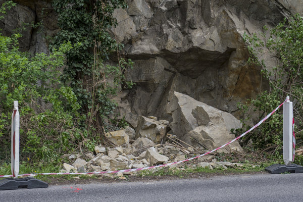 Falling stones at Devínska cesta.