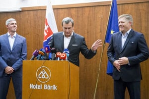 Bugár, Danko, Fico (left to right) finally met on August 25. They smiled into the cameras even though they did not resolve all their issues.