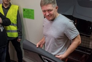 PM Fico posed at the night shift for cameras and journalists.