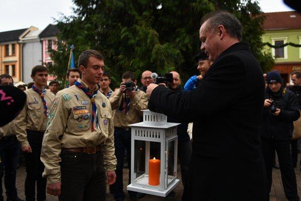 President Andrej Kiska receiving the light from scouts in Poprad.