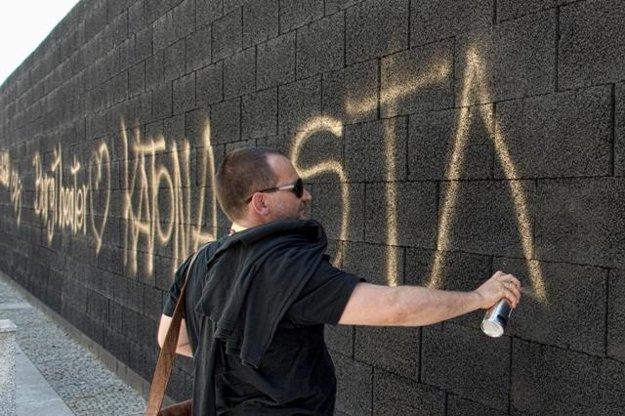 Director Ondrej Spišák (Teatr Dramatyczny, Warsaw) sprays graffiti on the symbolic wall