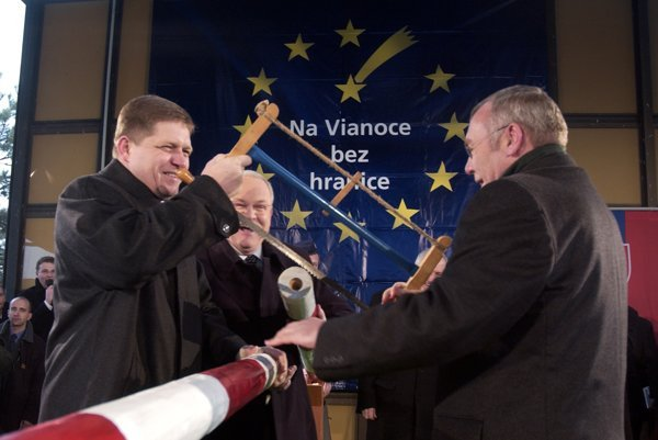 PM Robert Fico (l), former Slovak President Ivan Gašparovič (centre) and former Austrian Chancellor Alfred Gusenbauer symbolically sawed the border barrier in December 2007.