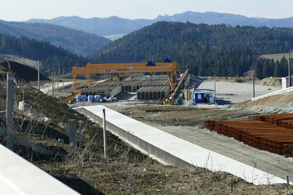 The D1 stretch (Lietavská Lúčka - Višňové - Dubná skala) under construction.