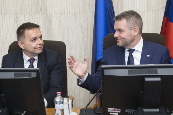 Departing Finance Minister Peter Kažimír (l) and PM Peter Pellegrini (r)