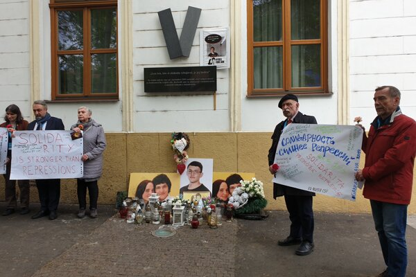 Members of the EU-Russia Civil Society Forum paid tribute to Jan Kuciak and Martina Kusnirova in Bratislava, May 7, 2019.