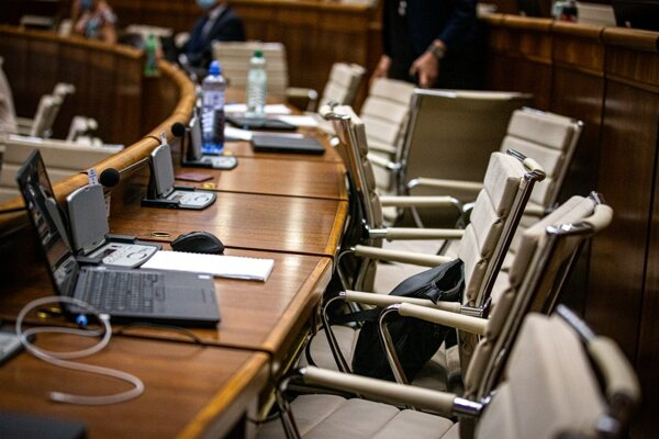 The empty seats of OĽaNO MPs.
