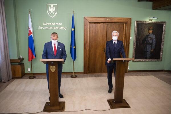 Speaker of Parliament Boris Kollár (l) and Foreign Affairs Minister Ivan Korčok (r) present the declaration on Jozef Chovanec's death on August 31.