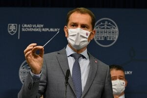 PM Igor Matovič shows the antigen testing kit that should be used in the nationwide testing project in Slovakia.
