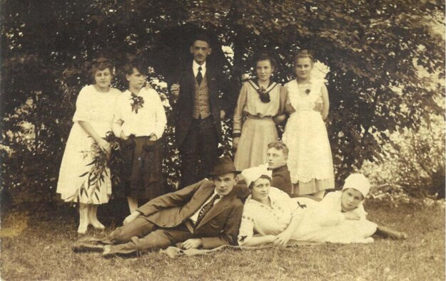 A group photo taken in the 1920s.