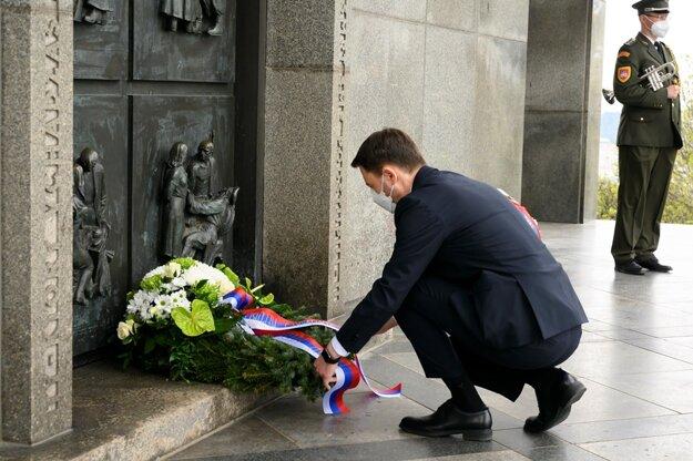 PM Eduard Hered položil veniec na Slavín pri príležitosti konca druhej svetovej vojny.