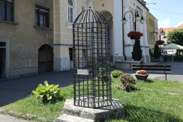 The cage of shame has returned to Krupina, this time as an attraction for tourists.
