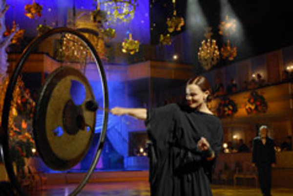 Belinda Carlisle opened the Opera Ball with a bang of a gong.