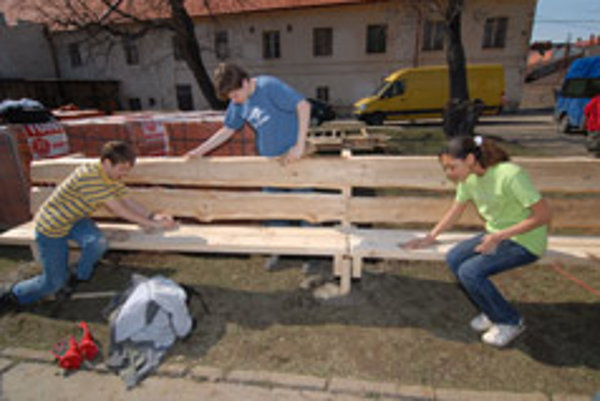 That's quite a bench: young Americans have been helping schools in Prešov.