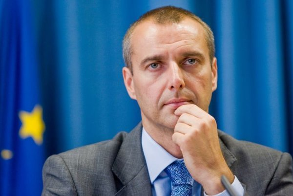 Richard Raši, former health minister, wrote a letter to VšZP to keep the contracts.