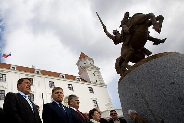 Representatives of the Smer party laid wreaths at the Svätopluk statue on Slovakia's Constitution Day.