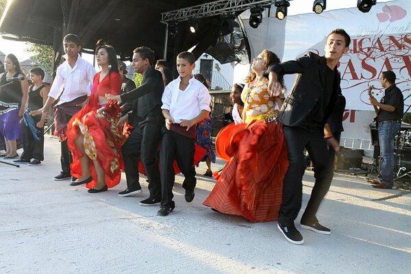 Dancing at Divé Maky's Bashavel.