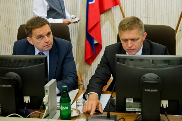 Finance Minister Peter Kažimír (l) and PM Robert Fico (r)