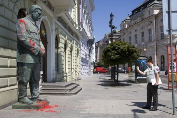 Statue of Stalin covered with paint