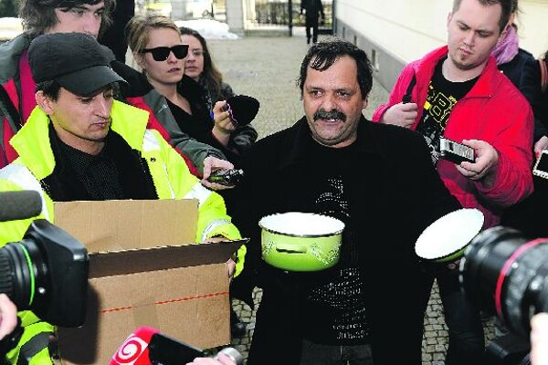 FrantišekTanko prepares his 'gift' for Robert Fico.