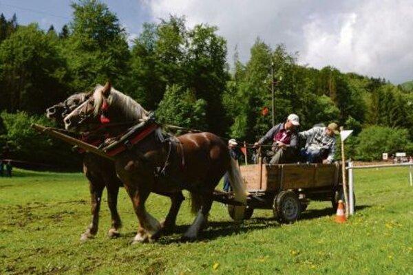 """Pavol Kitaš rides backwards """"into the yard"""" in the Dobšiná competition."""