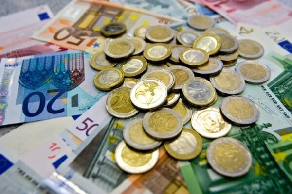 The Labour Ministry proposes increasing the minimum wage to €380 a month.