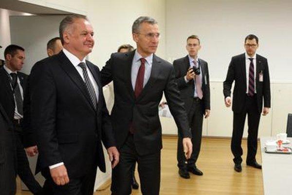 Slovak President Andrej Kiska (l) and NATO Secretary General Jens Stoltenberg (centre)