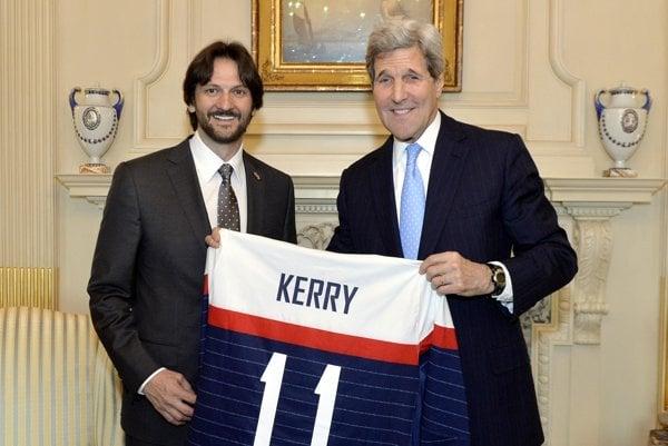 Slovak Interior Minister Robert Kaliňák (l) gave US Secretary of State John Kerry a jersey.