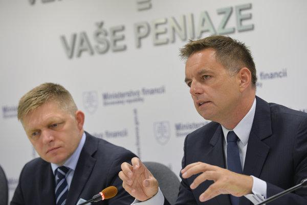 PM Robert Fico (l) and Finance Minister Peter Kažimír