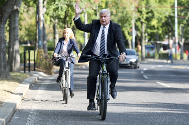TRansport Minister Arpád Érsek arrived on electric bike.