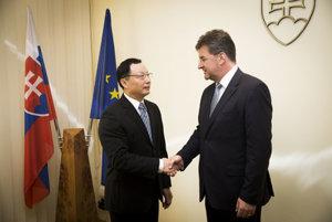 L-R: Chinese Ambassador to Slovakia Lin Lin and Slovak Foreign Minister Miroslav Lajčák met October 19.