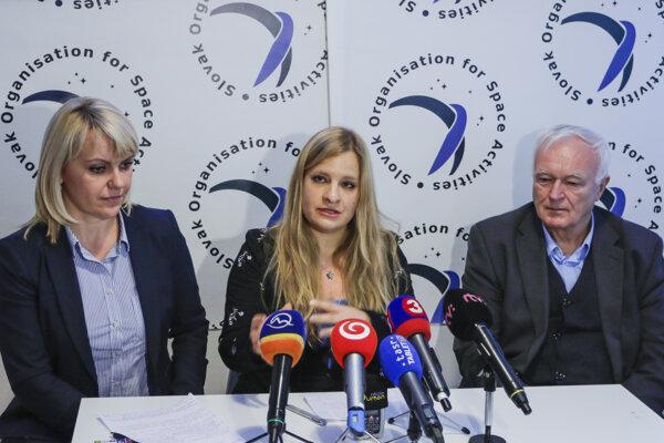l-r: Microbiologist Soňa Hlinková, astrobiologist and future mission commander Michaela Musilová and Stanislav Šilhár of VÚP NPPC