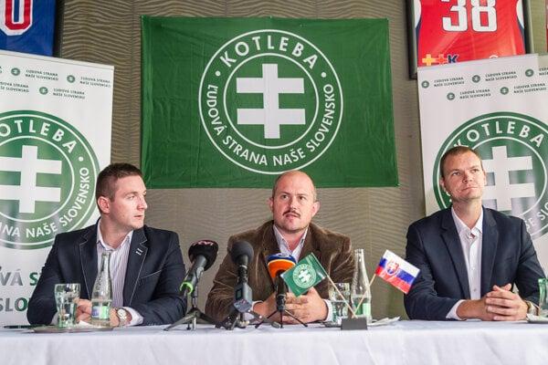 ĽSNS chair Marian Kotleba (centre).