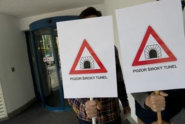 Protesters playing with the Juraj Široký's name and tunnel (i.e. embezzlement)