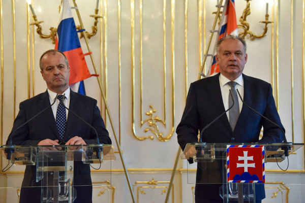 Defence Minister Peter Gajdoš (l) and President Andrej Kiska (r) discussed army purchases.