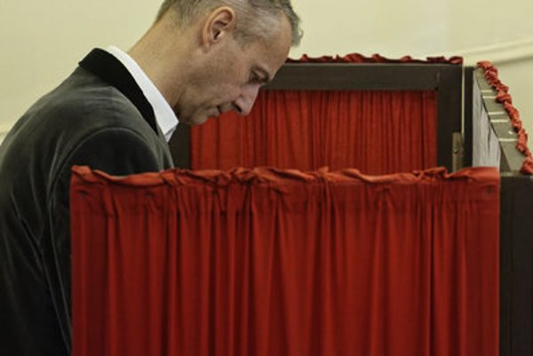 Richard Raši casting his vote in the regional elections.