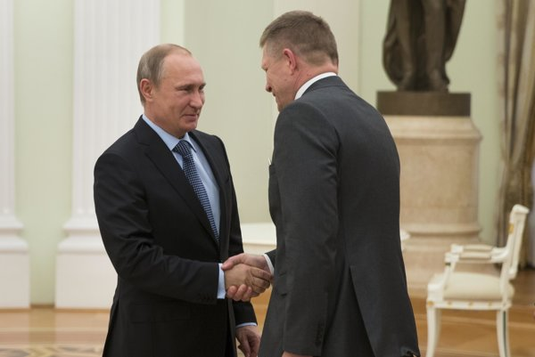 Russian President Vladimir Putin (l) and Slovak PM Robert Fico