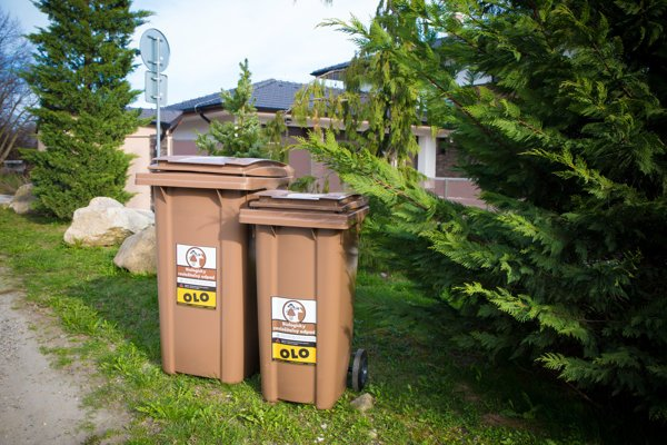 People can choose from two sizes of brown biowaste collection bins.
