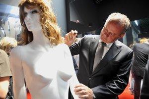President Kiska signs artwork at Expo Milan