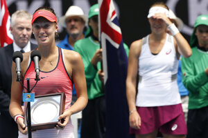 Mihalíková (L) lost to Lapkova (R) at singles'finals of Australian Open.
