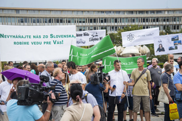 Participants of the Veda Chce Žiť protest in front of Government Office in Bratislava, August 14.