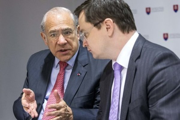 Gurria (L) in talks with minister Draxler