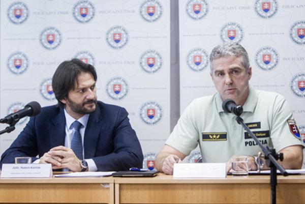 Interior Minister Robert Kaliňák (L) and Police President Tibor Gašpar evaluate the year 2015.
