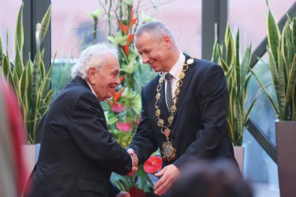 Banská Bystrica mayor Ján Nosko (right) awards war veteran Vladimír Strmeň (left) in 2015.