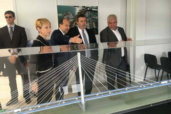 Hungarian Minister of Innovation and Technology László Palkovics (second right) and Slovak Minister of Transport and Construction Árpád Érsek observing the construction of the new bridge in Komárno.