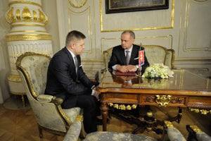 President Kiska (R) and premier Fico talk before the resignation of old and appointment of new government.
