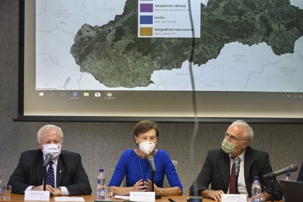 Right to left: Agriculture Minister Ján Mičovský, head of Agriculture Ministry and Geodesy, Cartography and Cadastre Authority Mária Frindrichová and state secretary of the ministry Martin Fecko presenting new maps.