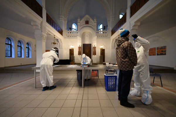 Mass testing for the coronavirus in the Nitra Synagogue.