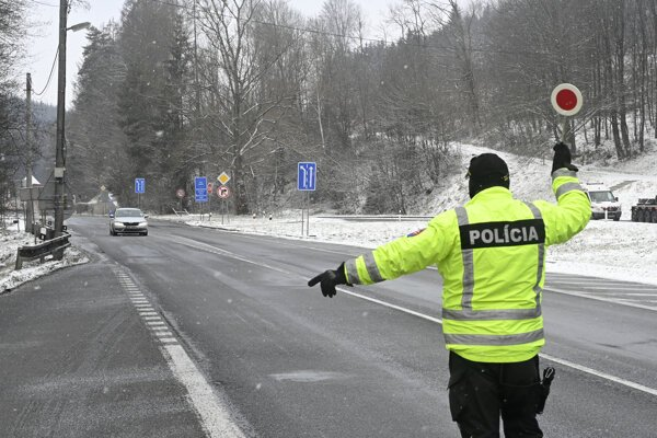 Police control at the border crossing in Drietomá (Trenčín Region).