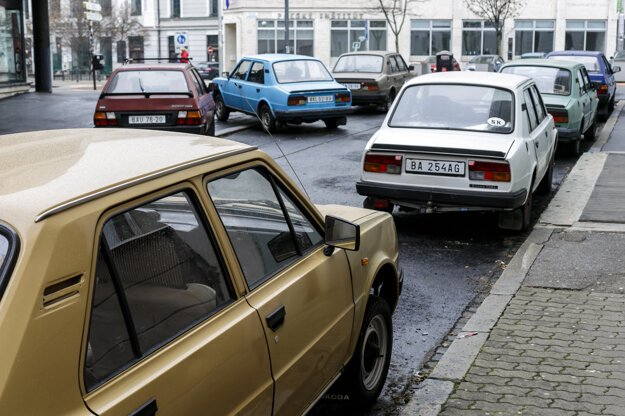 Roman Ondak first exhibited his work in 2001 in Vienna. Today, the Škoda cars park outside Kunsthalle in Bratislava.